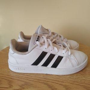 Adidas kid unisex size 5 black and White